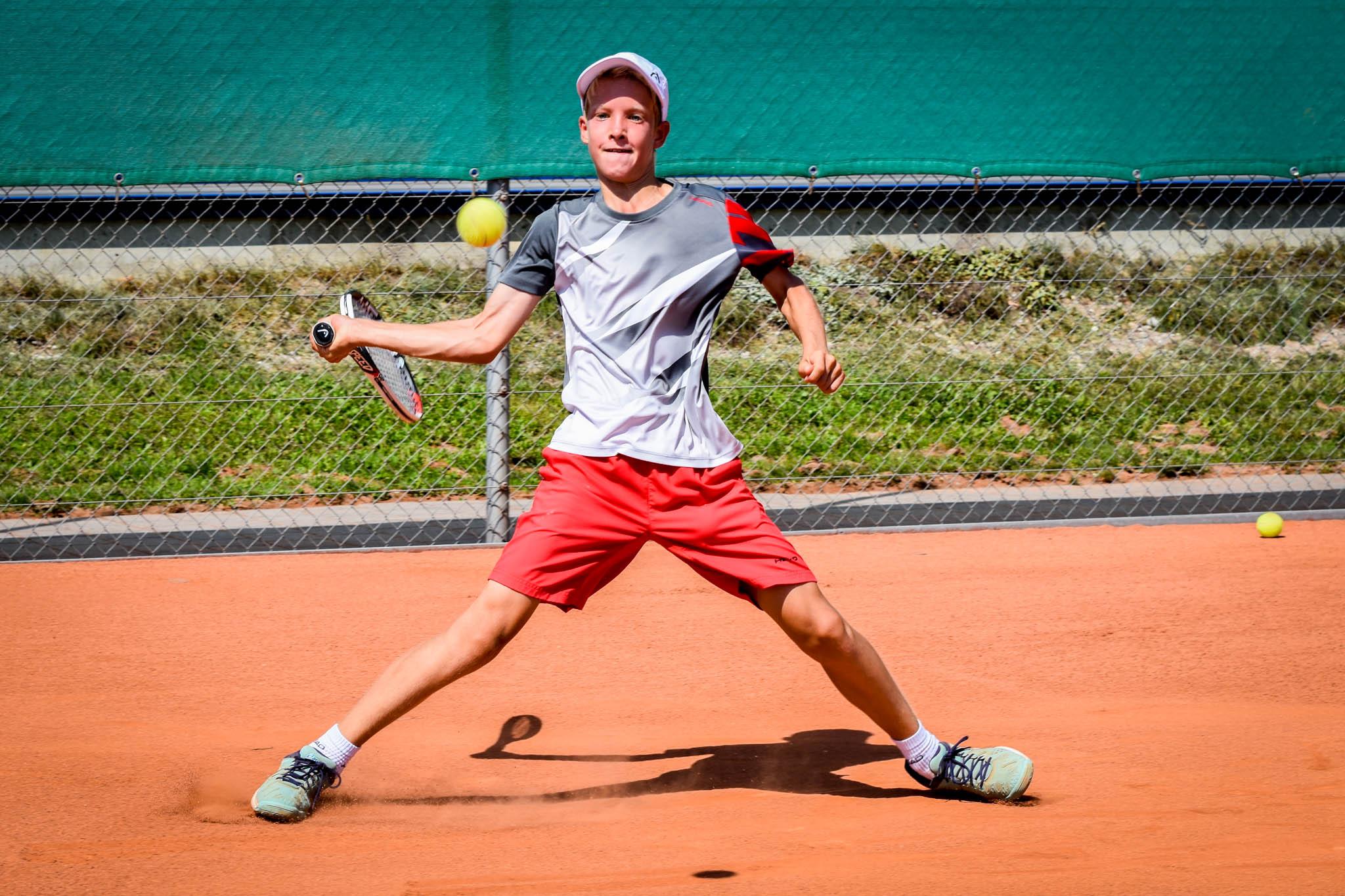 Henry von der Schulenburg ist der aktuellste Schweizer Meister der Tennisschool Urs Walter. Er gewann 2014 bei den U16 und wurde in diesem Jahr Vize-Schweizer-Meister.